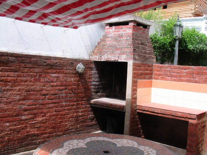 Patio privado con parrilla mesa y bancos Cabaña 12