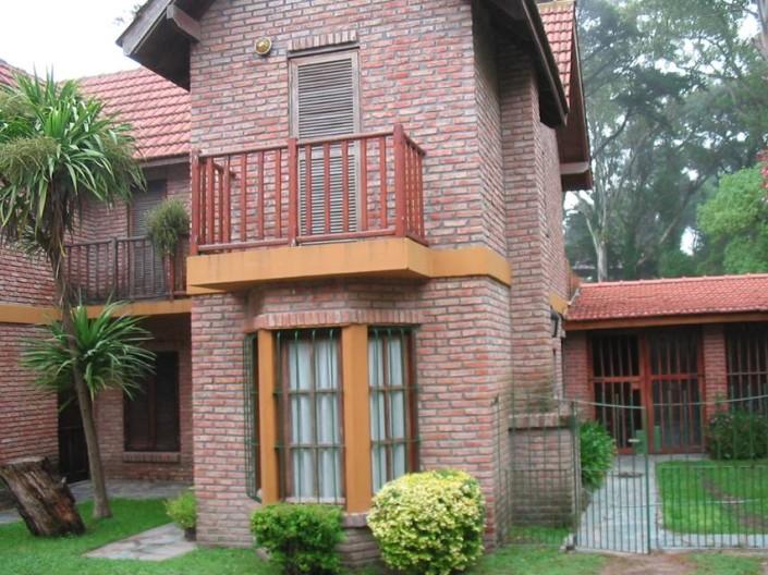 Vista Exterior Cabaña VIP con jardin y quincho